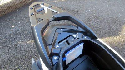 0217 030 400x225 YAMAHA Nmax125に社外リアキャリアを取り付け、大型リアボックス(46L)装着