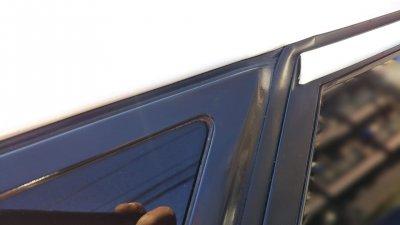 DSC 0145 400x225 車の劣化したゴム製の窓枠をメンテナンス アコードワゴン(CH9)