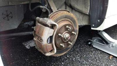 DSC 0211 400x225 新品タイヤ2本交換(フロント) アコードワゴンCH9 2020 交換時には足回りの清掃は必須