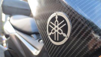 IMG 0896 400x225 YAMAHA NMAX125  フロントウインカーカバーのラッピング(7D リアルカーボンシート)
