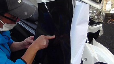 vlcsnap 2020 10 25 13h34m52s219 400x225 YAMAHA NMAX125  フロントウインカーカバーのラッピング(7D リアルカーボンシート)