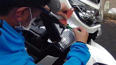 vlcsnap 2020 10 26 16h10m11s329 400x225 YAMAHA NMAX125  フロントウインカーカバーのラッピング(7D リアルカーボンシート)