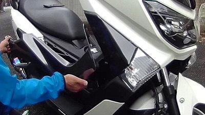 vlcsnap 2020 10 26 16h54m13s048 400x225 YAMAHA NMAX125  フロントウインカーカバーのラッピング(7D リアルカーボンシート)