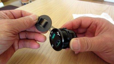 1110 03 400x225 YAMAHA NMAX125 USB充電器&電圧計を取り付け