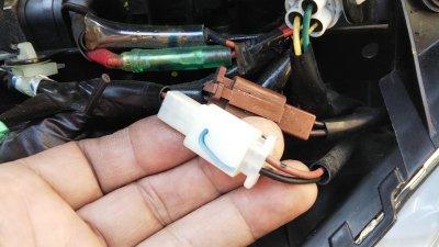 DSC 0186 400x225 YAMAHA NMAX125 USB充電器&電圧計を取り付け