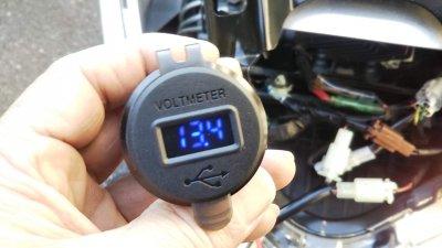 DSC 0194 400x225 YAMAHA NMAX125 USB充電器&電圧計を取り付け