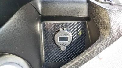 DSC 0209 400x225 YAMAHA NMAX125 USB充電器&電圧計を取り付け